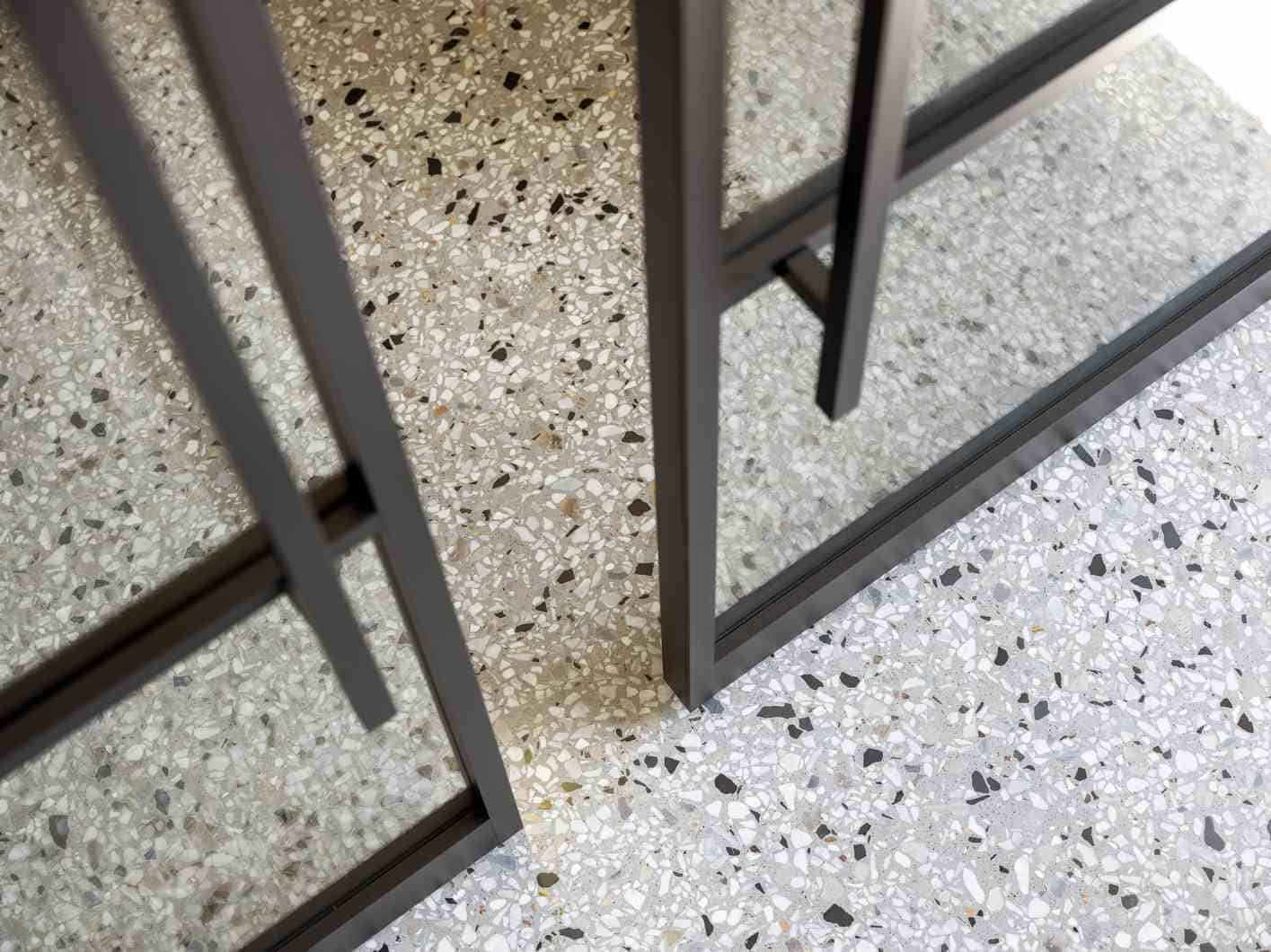 Terrazzo met deur glas met metaal