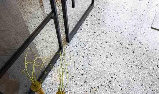 Terrazzovloer met stalen deur met glas